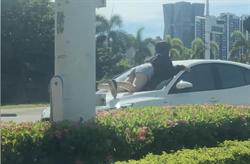 高雄「熱褲女趴引擎蓋阻車」真相曝光 用生命幫媽抓小三