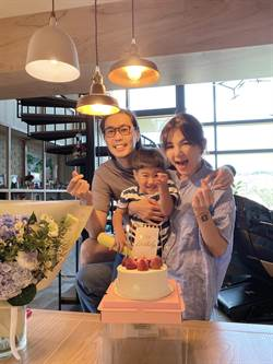 Ella慶39歲老公送「老花眼鏡」勁寶獻3吻超甜