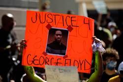 美國黑人吊死樹上 兄弟遭警射擊身亡 居民錄下驚險槍戰