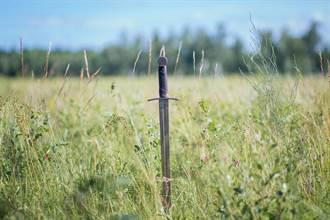 爬山見「七星劍」直插路中央 網怕爆:這劍別碰