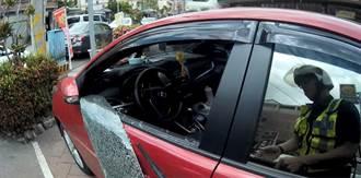 1歲嬰拿車鑰自鎖車內 警憂正午高溫致命6分鐘破窗救援