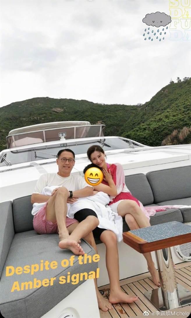 李嘉欣一家人身後的遊艇價值近1億港幣。(圖/翻攝自微博)