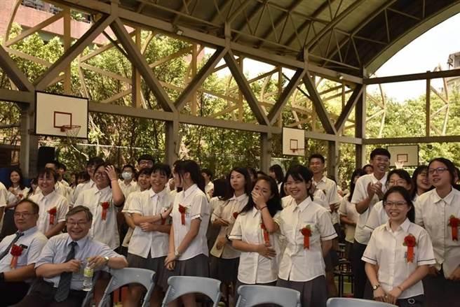 學生們在畢業典禮上聽到教師們製作的歌曲「青春揮霍」,露出驚訝神情,感動至極。(張睿廷攝)