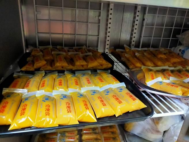 運用冷凍設備製成芒果冰棒,義賣獲得的金額再回饋給地方弱勢民眾。圖由社團法人屏東縣慈善團體聯合協會提供。