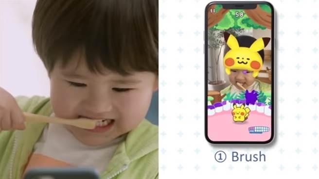 把刷牙變成遊戲的《Pokémon Smile》App。(摘自YouTube)