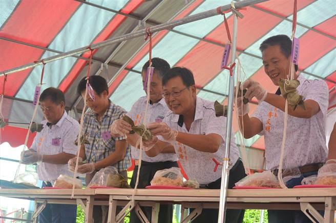 大湖鄉公所18日舉辦包粽比賽慶端午,邀請男性鄉民代表及村長體驗包粽,現場歡笑聲不斷。(巫靜婷攝)