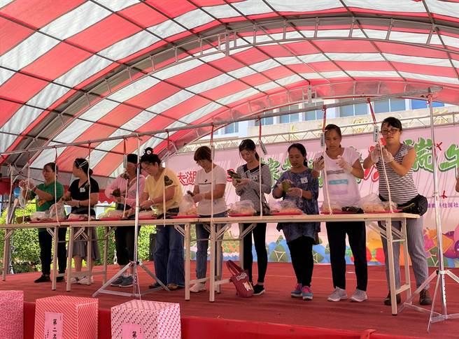 新住民姐妹參加包粽比賽,融入在地文化。(巫靜婷攝)