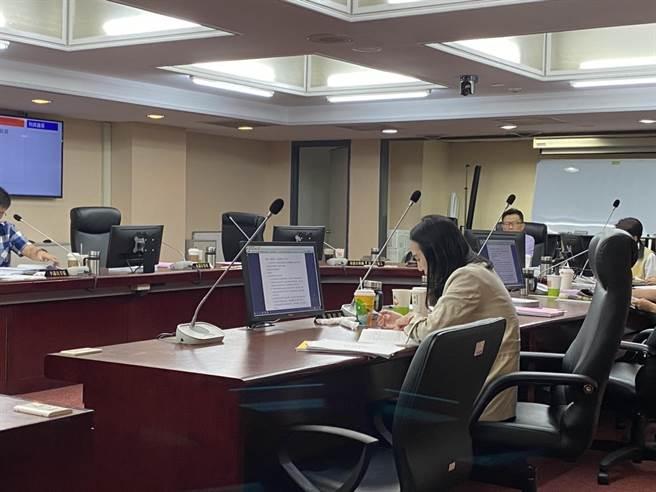 台北市議會教育委員會今審查台北2021年跨年活動預算,北市府觀傳局提出效益評估表,但遭議員質疑,未納入疫情版本遭暫擱。(游念育攝)