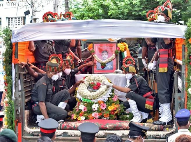 中印邊界衝突中有一名印度軍官喪生,在其葬禮上有大量群眾燒大陸國旗與習近平相片,聲言要為死者復仇。雙方民間對此次衝突已蘊釀高度民族激情,一時間恐難以平復。(圖/路透)