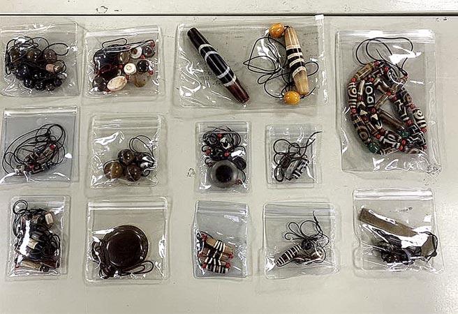 警方破獲劫天珠殺害珠寶商命案,逮捕黃焌柚等犯嫌並起獲一批天珠。(本報資料照片)
