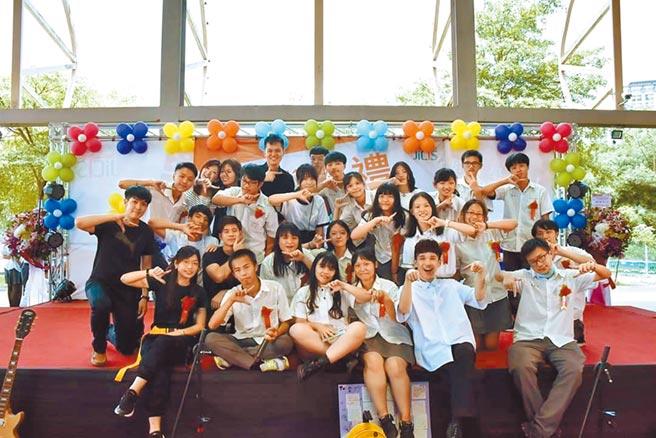 新北市樟樹國際實中教師們親自製作歌曲、拍攝MV,贈送給該校首屆畢業生,學生在畢業典禮上看到時,感動得掉下淚來。(張睿廷攝)
