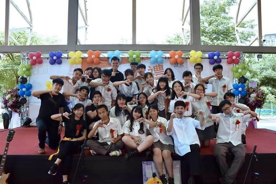 樟樹國際實中高中部首屆學生今年畢業,在畢業典禮上留下合影紀念。(張睿廷攝)