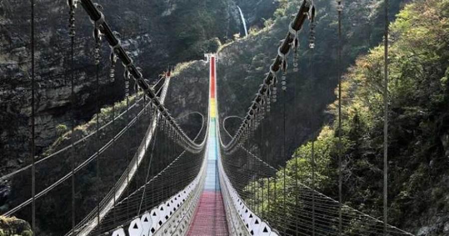 以彩虹為設計主軸的「雙龍瀑布七彩吊橋」,是近期南投最吸睛的景點。(圖/于魯光攝)