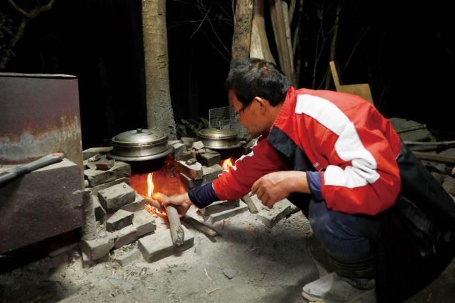 在戶外爐灶以柴燒炊熟米飯,是「巴庫拉斯生態農莊」的日常生活趣味。(圖/于魯光攝)
