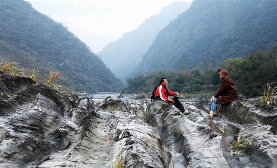 濁水溪的水流經年累月地穿鑿、沖刷河床,留下鬼斧神工的痕跡。(圖/于魯光攝)