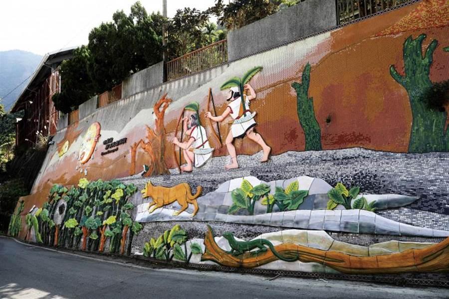 通往「雙龍瀑布七彩吊橋」沿途的石壁上,彩繪著部落文化與傳說。(圖/于魯光攝)
