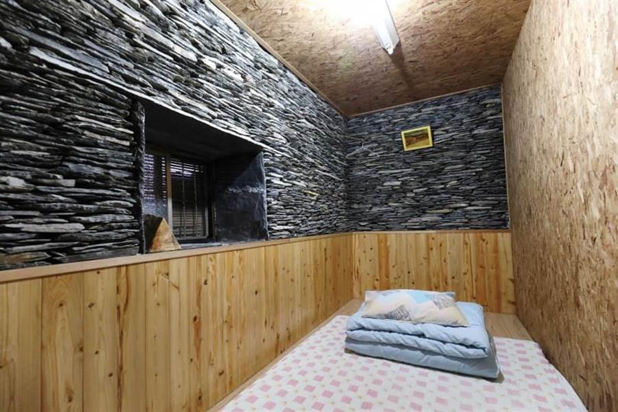 重建後的石板屋,分隔成多個房間,最多可入住20位客人。(圖/于魯光攝)