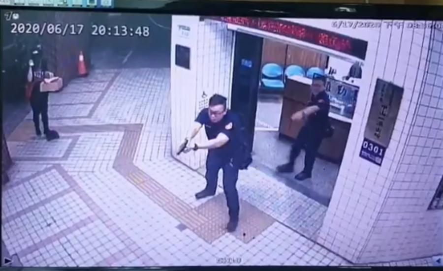派出所員警相當機警,立刻拔搶衝出門將陳男逮捕。(戴志揚翻攝)
