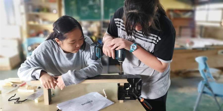 同安國小推動AI科技教育,學校教師共備規劃一系列的物聯網、科普知能、程式設計與木工自造的整合性校本特色課程。(彰化縣政府提供/吳敏菁彰化傳真)