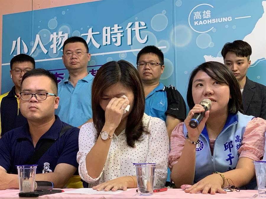 高市議員李雅靜(中)今天談及參選心情,一度情緒崩潰落淚。(柯宗緯攝)