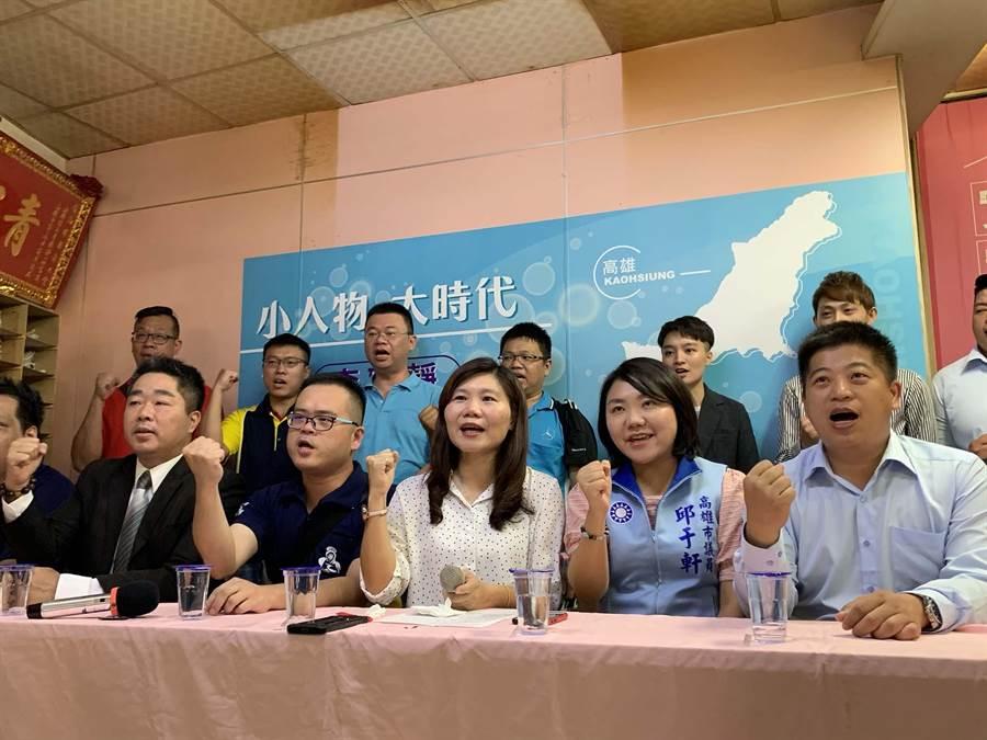 高市議員李雅靜(前排中)今找來各行各業小人物站台,希望發揮小人物精神,奮戰參選。(柯宗緯攝)