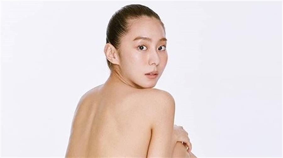 173cm「國民蜜腿」UIE上空趴地!側乳全露、辣秀臀部腿根(圖/IG@kim_uieing49)