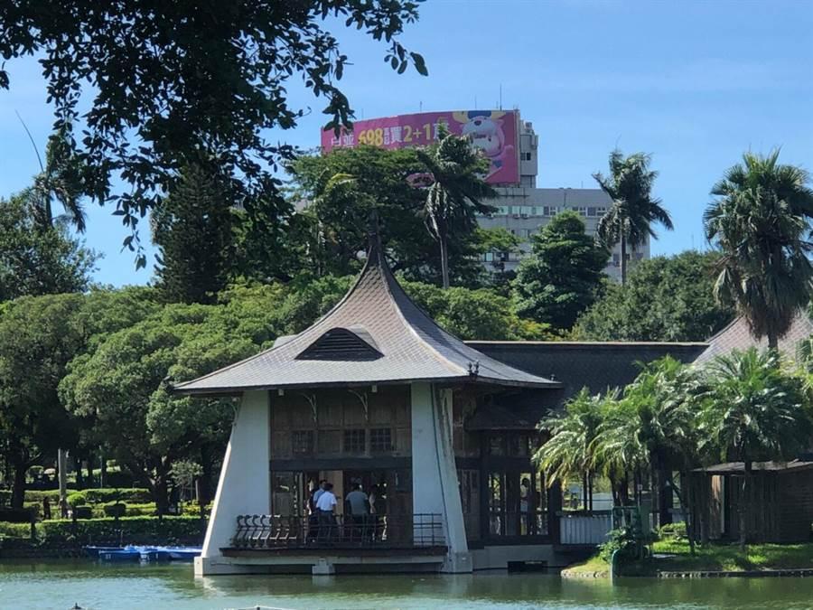 湖心亭除是市定古蹟外,特殊的外觀更成為台中市政府的LOGO,是許多觀光客必遊的景點。(市議員陳文政提供/陳世宗台中傳真)