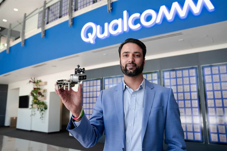 高通技術公司業務拓展資深總監暨自動機器人、無人機和智慧電器負責人Dev Singh手持高通機器人RB5開發套件。(高通提供/黃慧雯台北傳真)
