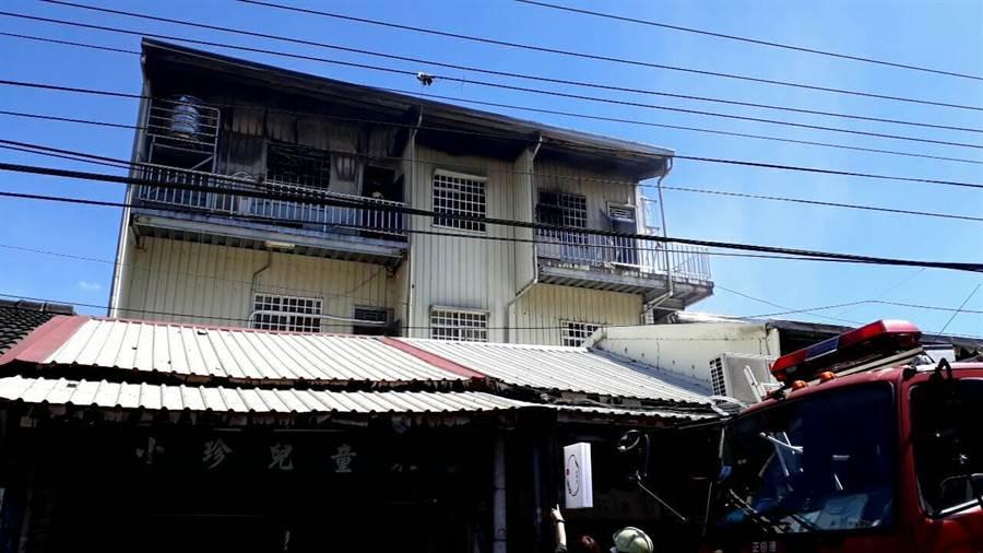 附近居民表示,該民宅一樓有承租給飯糰店與童裝店等。(民眾提供/吳建輝彰化傳真)