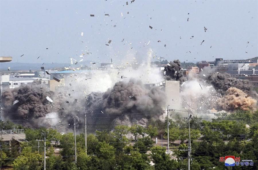 圖為北韓炸毀兩韓聯絡處辦公大樓。(美聯社)