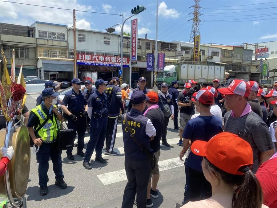 波麗士街頭上課,喊話希望大家能夠和平。(彰化縣警察局提供/吳敏菁彰化傳真)