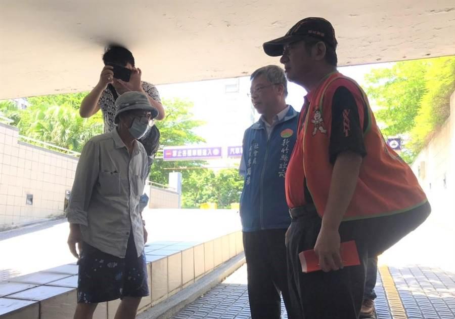 仕招社會福利慈善事業基金會18日前往新竹縣致贈小紅包,關心街友也共度端午。(莊旻靜攝)
