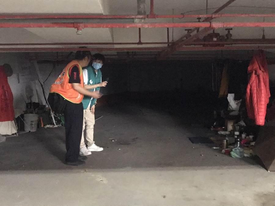 仕招社會福利慈善事業基金會18日前往新竹縣致贈小紅包,也關心街友居住環境。(莊旻靜攝)