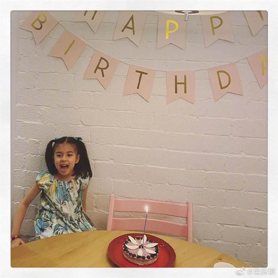 梁詠琪同框5歲混血女兒!鏡頭前萌笑基因超逆天(圖/摘自微博@梁詠琪)
