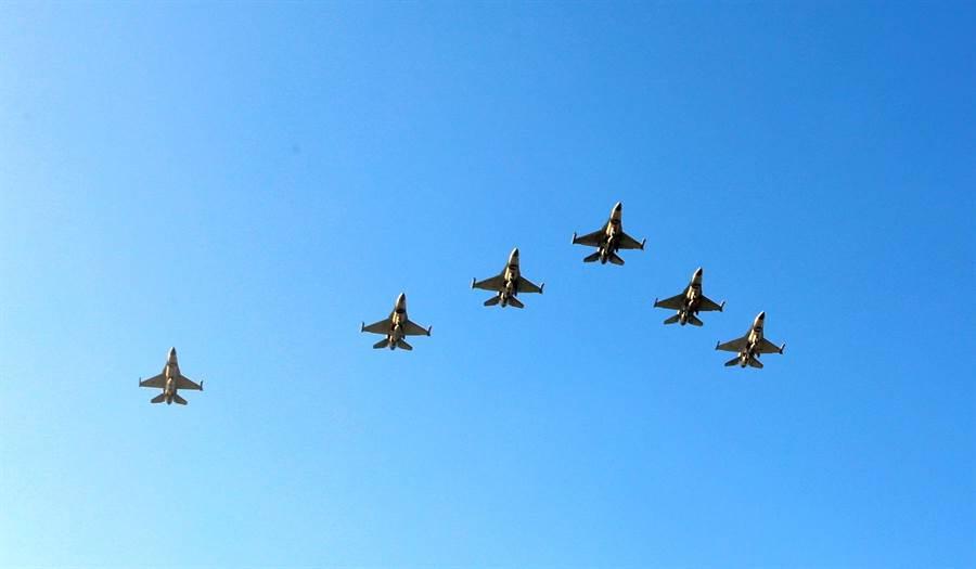 空軍秀將出動5架F16戰機以大雁隊形飛過北回歸線太陽館上空。(中時資料庫)