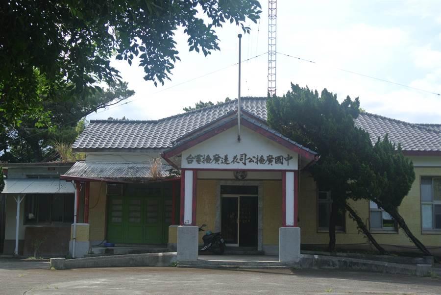 中廣花蓮電台前身為「花蓮港放送局」,建置美崙山松林小臺地上,周邊分佈許多日治時期遺留的軍事附屬設施等具歷史性的建築物。(羅亦晽攝)
