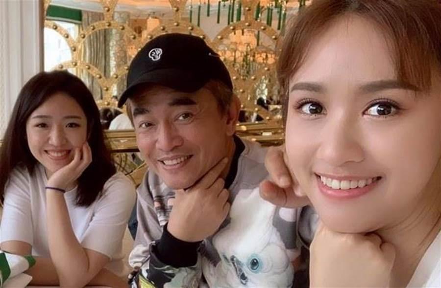吳宗憲2女兒(左)被求婚,老爸樂見其成。(取自吳宗憲臉書)