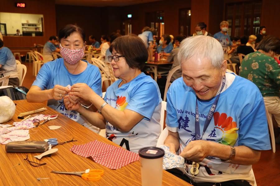 慈濟雙和靜思堂照顧據點,為長輩舉辦端節做香包活動。(新北市社會局提供)