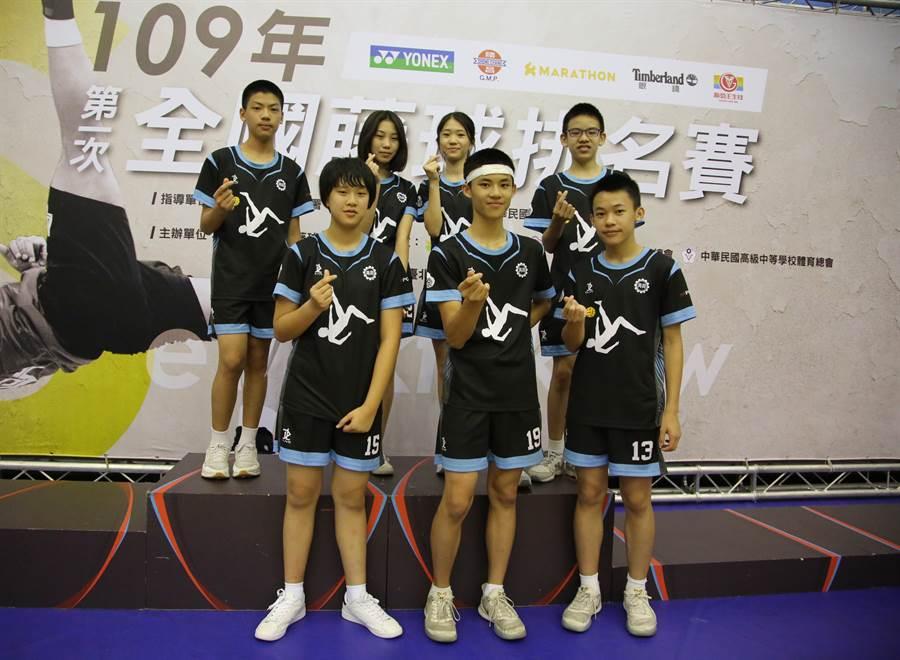 再興中學周雋恩(前中)與隊友學業成績優異,體育競賽也有出色表現。(中華民國藤球協會提供)