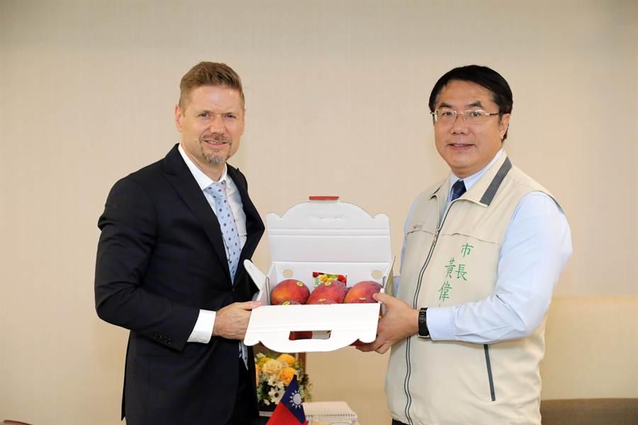 黃偉哲市長致贈台南愛文芒果予芮喬丹代表。(台南市政府提供/曹婷婷台南傳真)