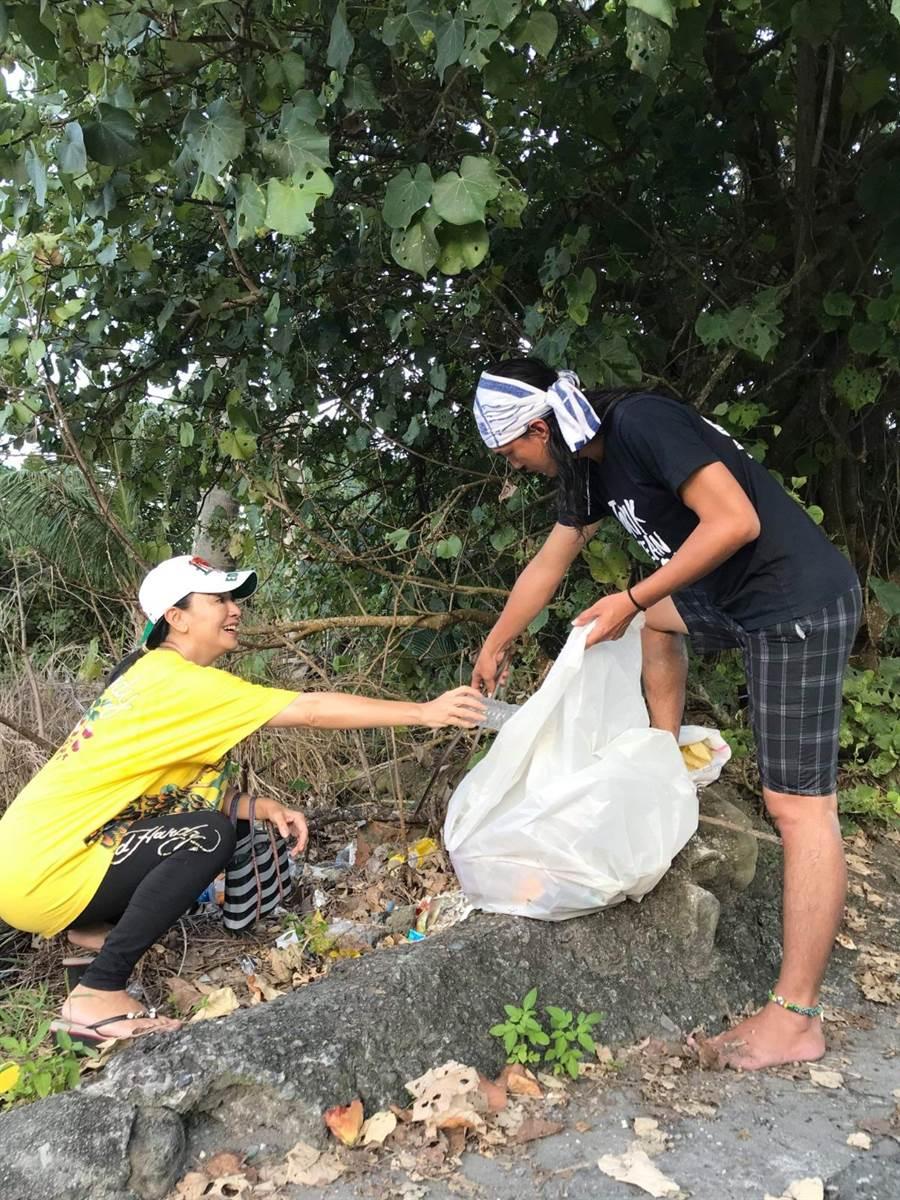 田丽和友人前往沙滩净滩,致力环保不遗余力。(田丽提供)