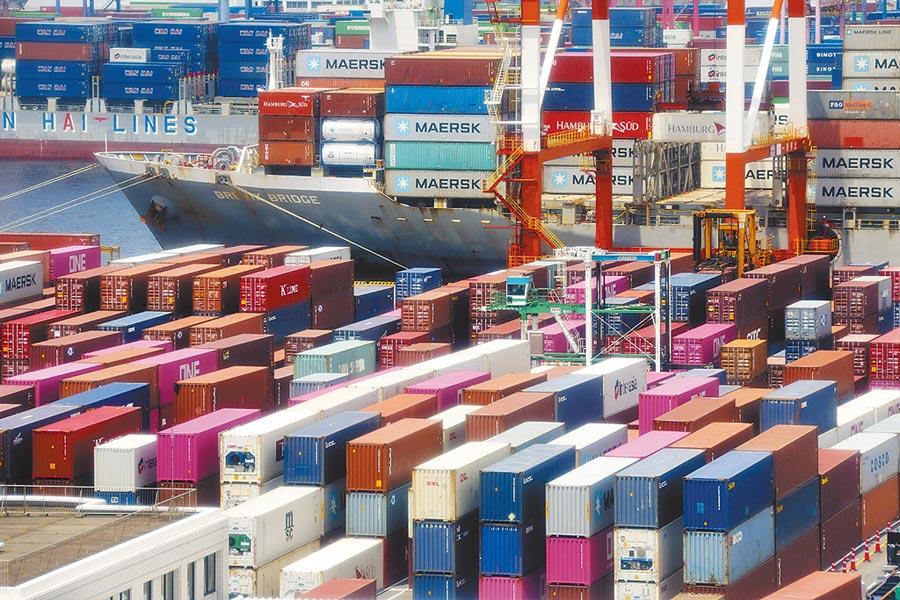 貨櫃航運業者預期秋季旺季業務恐不如往昔,因此持續取消第三季預定船班。圖/美聯社