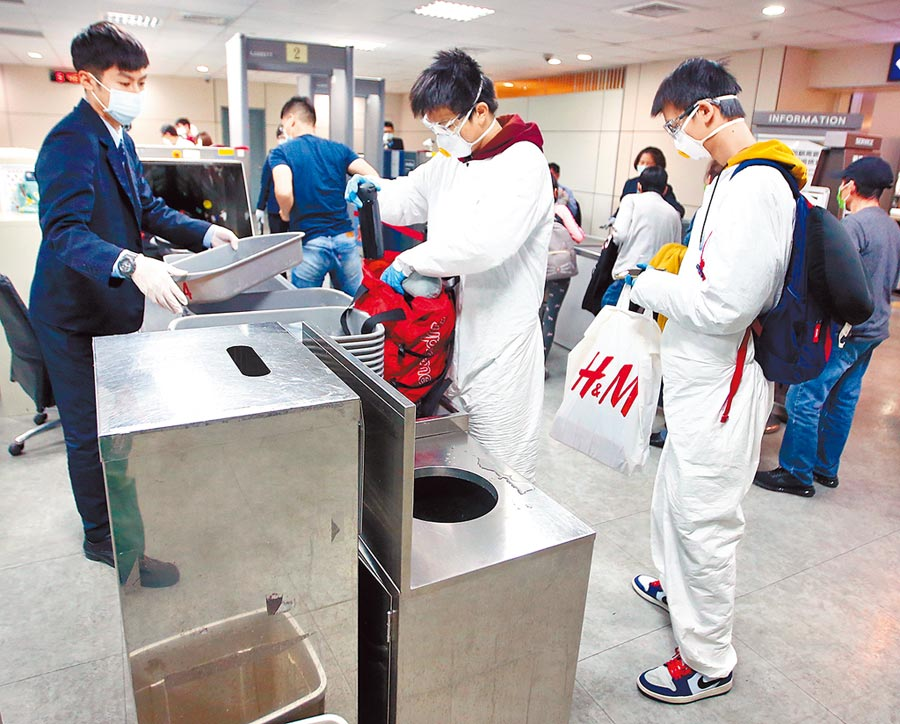 6月22日起商務人士開放來台,首波新開放低風險國家11國檢疫5~7天。圖為桃機安檢情形。(本報資料照片)