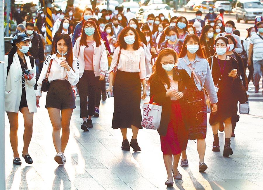 後疫情時代,台灣的就業冰河期急需政府解凍。圖為下班時刻的民眾。(本報資料照片)