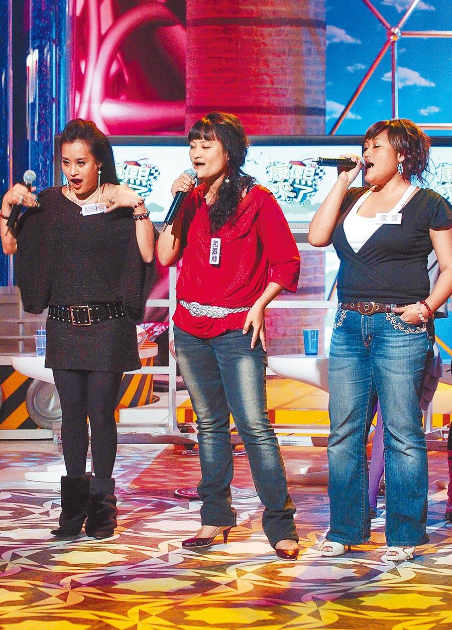 紀曉君(左起)、紀莎莎(紀曉雯)、家家三姊妹曾一起上節目高歌。(資料照片)