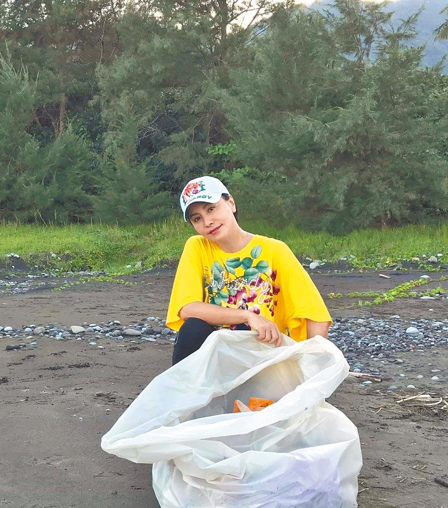 田麗昨親自前往台東的沙灘淨灘,為環境盡心力。(田麗提供)