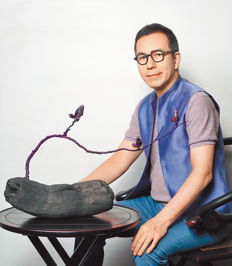 台灣珠寶設計師陳智權AKACHEN,與榮獲V&A博物館購藏的珠寶作品《木蘭》。(AKACHEN提供)