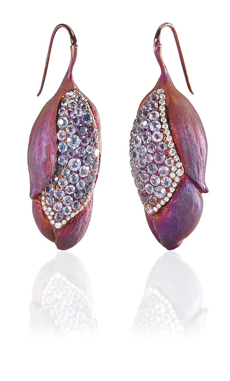 AKACHEN珠寶作品《木蘭》耳環,含苞待放的花朵風格內歛低調。(AKACHEN提供)