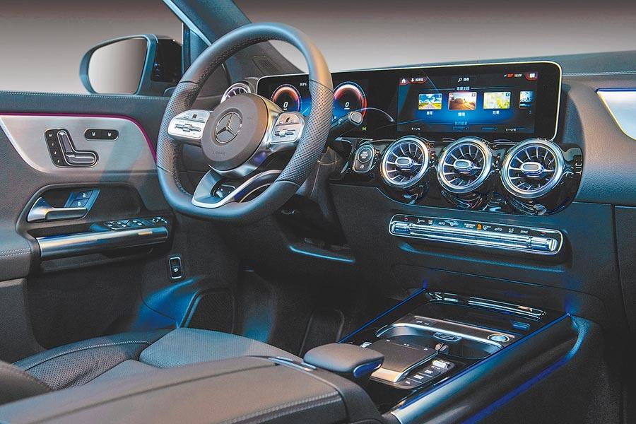 Mercedes-Benz GLA 200標配雙10.25吋觸控螢幕,結合MBUX多媒體系統玩出「超有勢」生活。(台灣賓士提供)