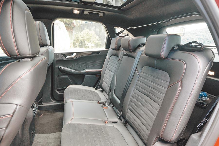 Ford Kuga EcoBoost 250 AWD ST-Line後座採6/4分離式設計,並附行李廂後座快傾拉桿,方便調整載物空間。(福特六和提供)